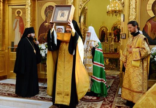 священник с иконой
