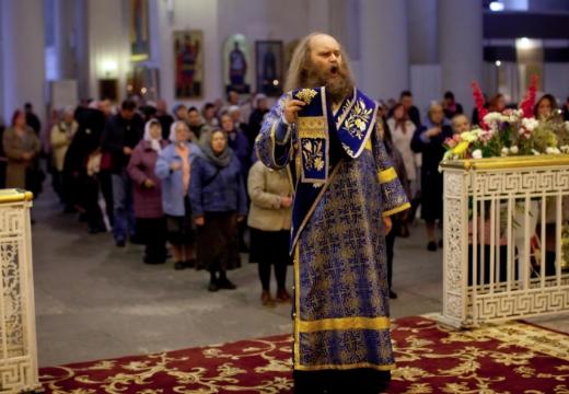 священник поет ектенью