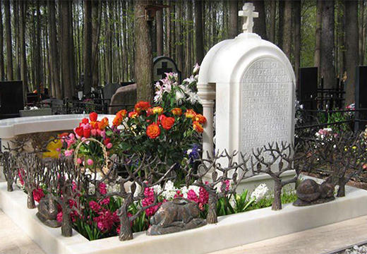 надгробие с цветами