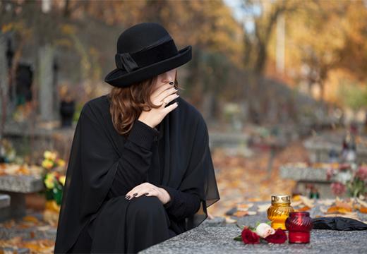 женщина возле могилы