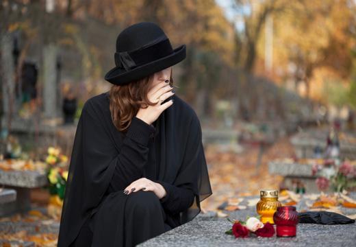 девушка пришла к могиле