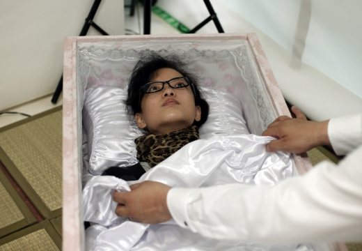 живая девушка в гробу