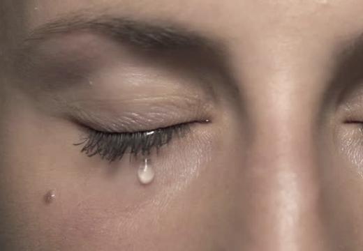 слеза течет из глаза