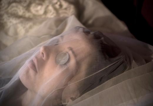 монетки на глазах покойницы
