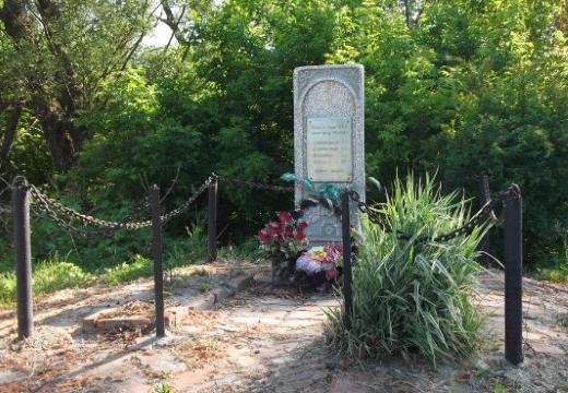 оградка могилы цепями