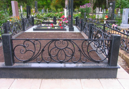 железная оградка на кладбище