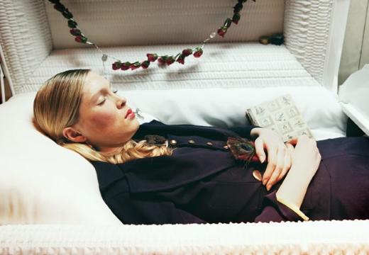 замужняя женщина в гробу