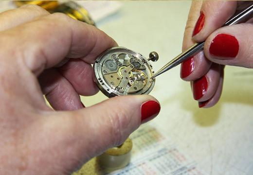 Мастер разбирает часы