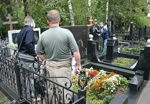 Навестили могилу