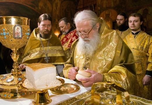 священник с просфорой
