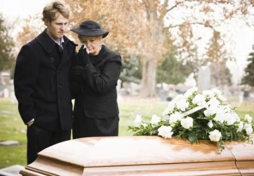 женщина с сыном у гроба