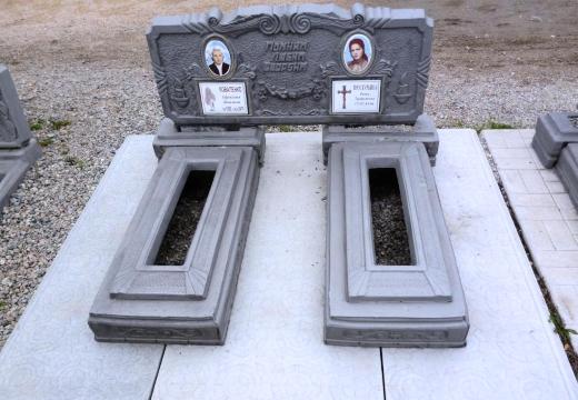 бетонный памятник и плиты