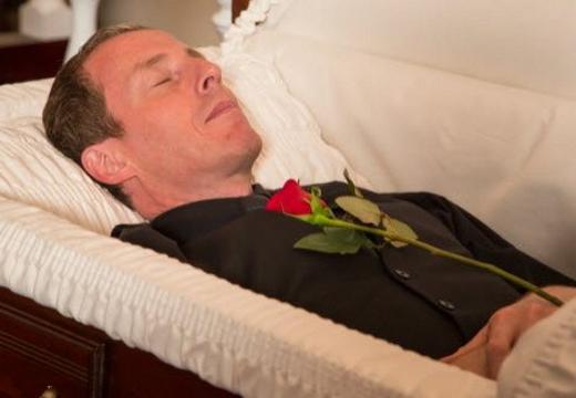 мужчина в гробу
