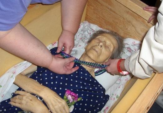 старая женщина в гробу