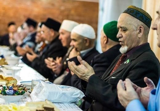 мусульмане молятся за столом