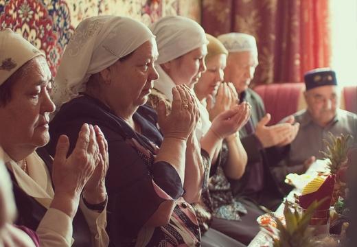исламские женщины за столом