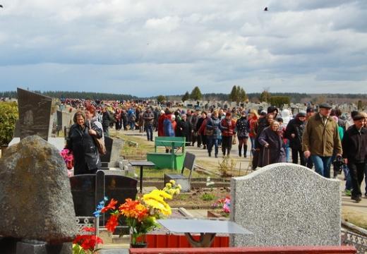 люди идут на кладбище