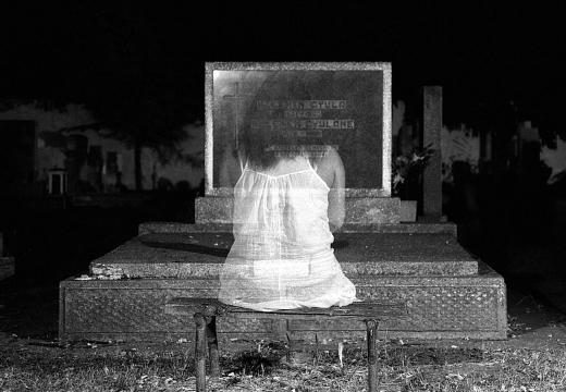 призрак девушки на кладбище