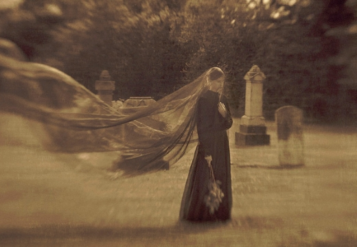 девушка в черном на кладбище