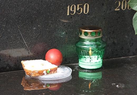 свеча яйцо кулич на могиле