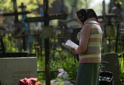 бабушка молится на кладбище