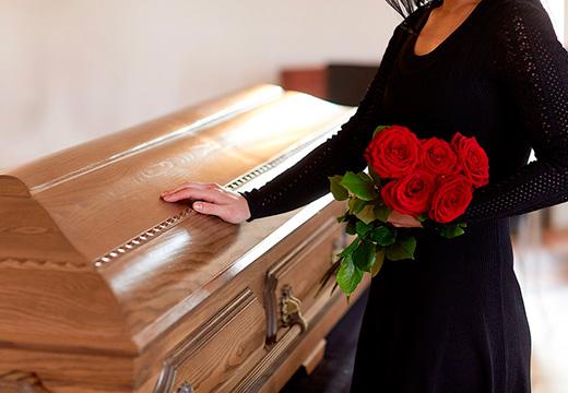 женщина стоит у гроба