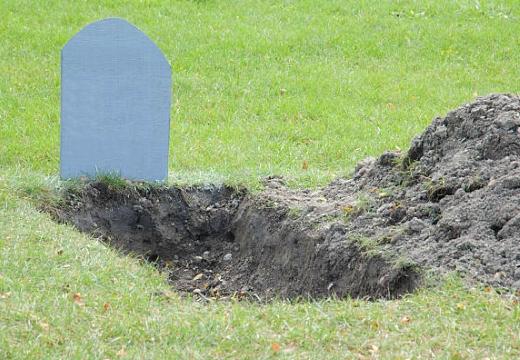 новая могила с памятником