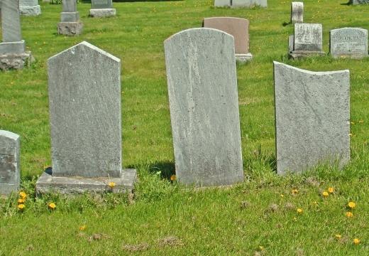 пустые надгробия