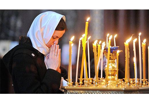 Девушка молится за упокой души