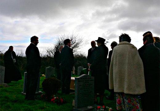 Родственники поминают покойного на кладбище