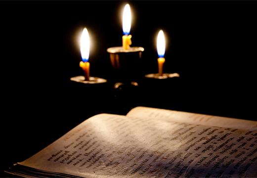 библия и свечи