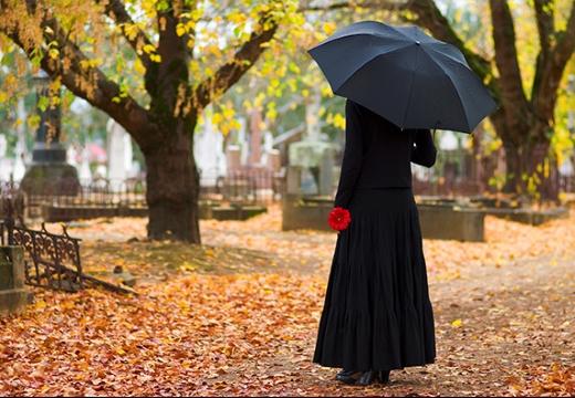 Женщина в длинном платье