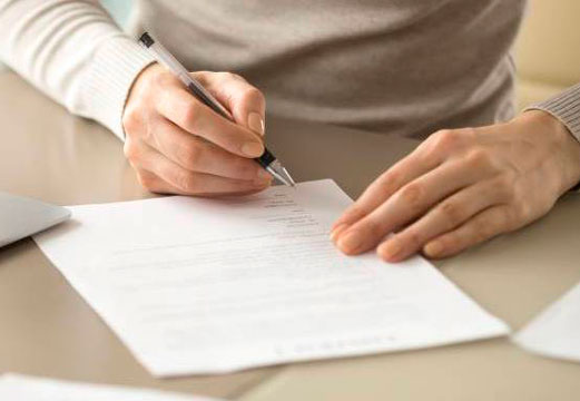 рука и лист бумаги
