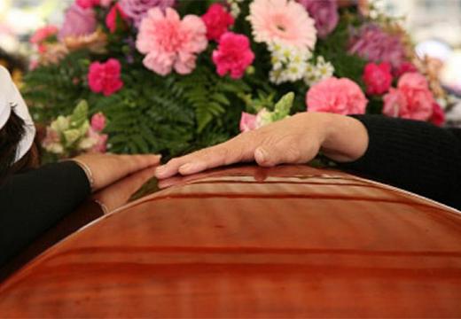 рука на гробу