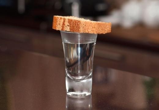рюмка накрыта хлебом