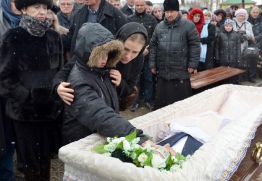 мать с ребенком у гроба