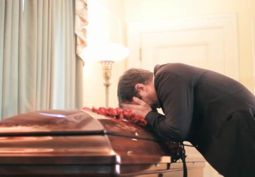 мужчина у гроба
