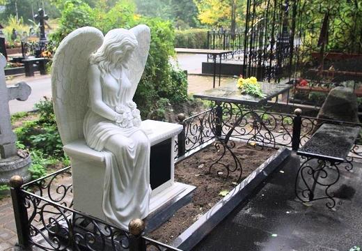 вариант надгробия с ангелом