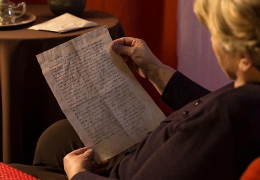 женщина читает письмо