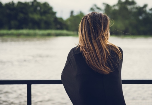 одинокая девушка у реки
