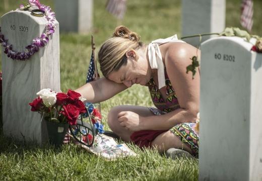 женщина плачет у могилы