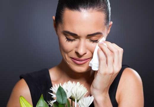 плачущая женщина с цветами