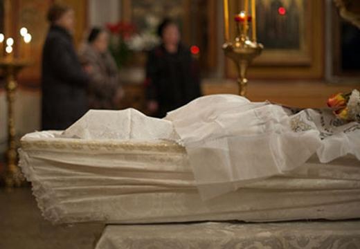 покойник в гробу саван