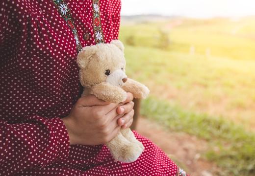 плюшевый медвежонок в руках