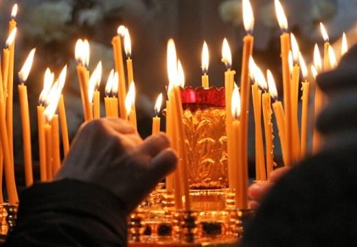 ставить свечу в церкви