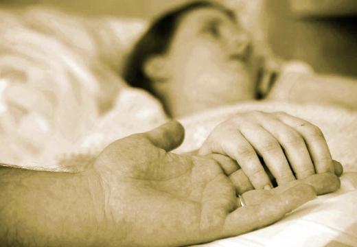держать за руку умирающую