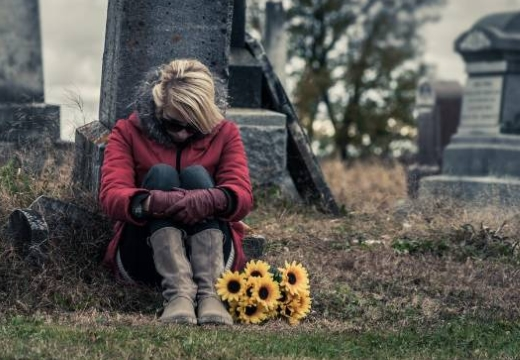 женщина сидит на кладбище