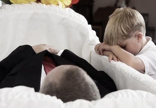 мальчик у гроба