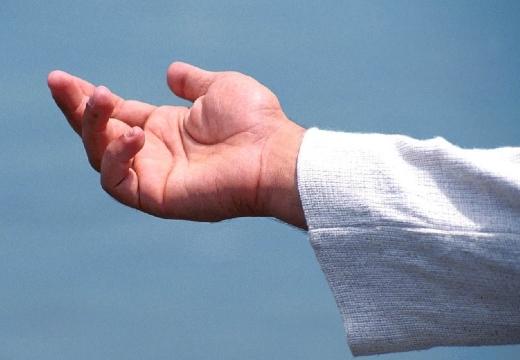 мужчина протягивает руку