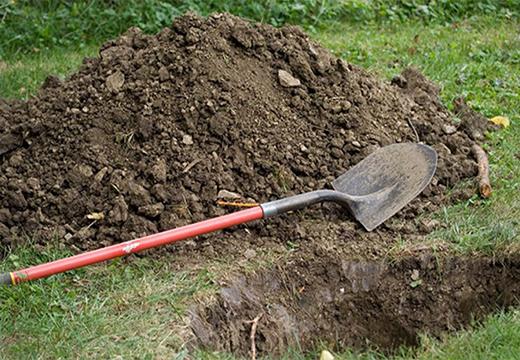 Лопата возле могилы
